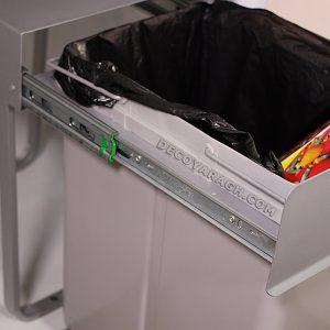 سطل زباله مخفی بر روی دو ریل ساچمه ای در قسمت بالای کلاف حرکت می کند