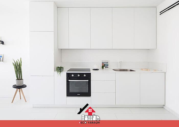 آشپزخانه ای با کفپوش سفید رنگ